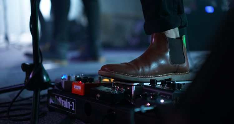 Man wearing a leather Chelsea brown boot with black skinny jeans